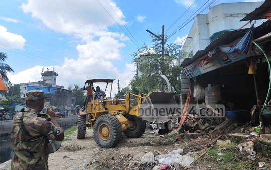 Chattogram Development Authority conducting a drive at Baro Pole area in the port city to clear illegal structures along Moheshkhal canal, which has been dug as part of a mega project to put an end to waterlogging problem. Photo: Sumon Babu