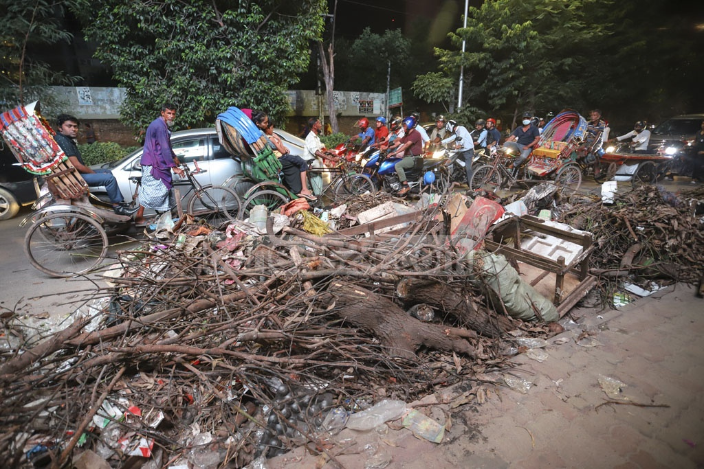 Garbage are dumped on the street in front of the Sasthya Bhaban in Mohakhali Wireless area in Dhaka on Monday. Photo: Asif Mahmud Ove
