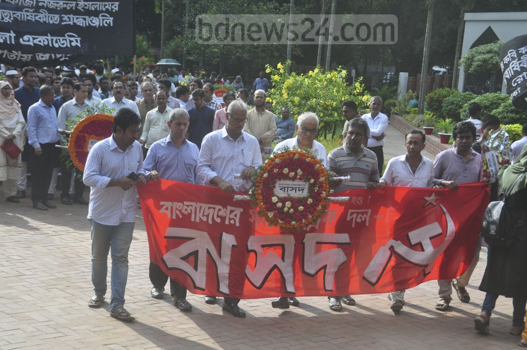 Members of social and cultural organisations pay tribute to poet Kazi Nazrul Islam at his grave, next to the Dhaka University Central Mosque on his 43rd death anniversary on Tuesday.