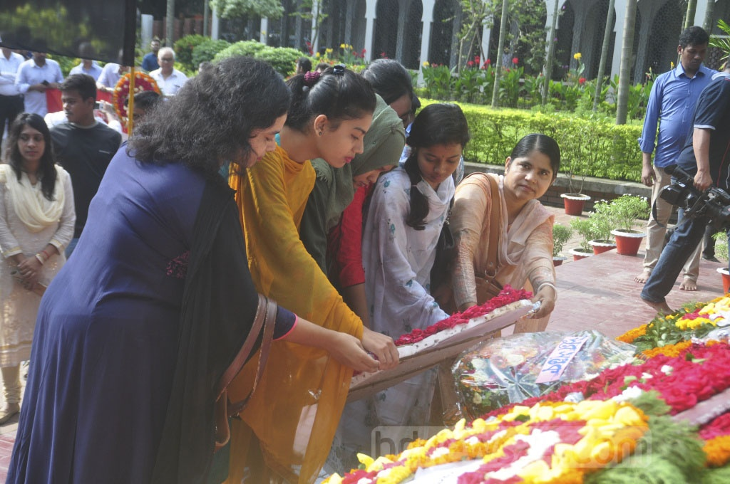 Dhaka University students pay tribute to poet Kazi Nazrul Islam on his 43rd death anniversary on Tuesday.