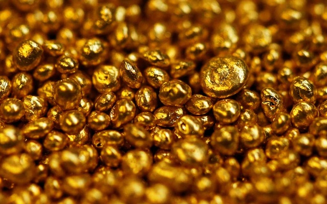 FILE PHOTO: Gold granulate is seen at a plant of gold refiner and bar manufacturer Valcambi SA in the southern Swiss town of Balerna December 20, 2012. Reuters