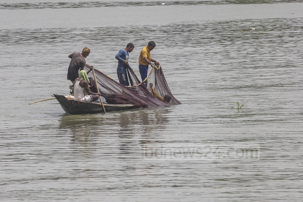 Fishermen casting their nets in the Buriganga River in Dhaka's Keraniganj. Photo: Abdullah Al Momin