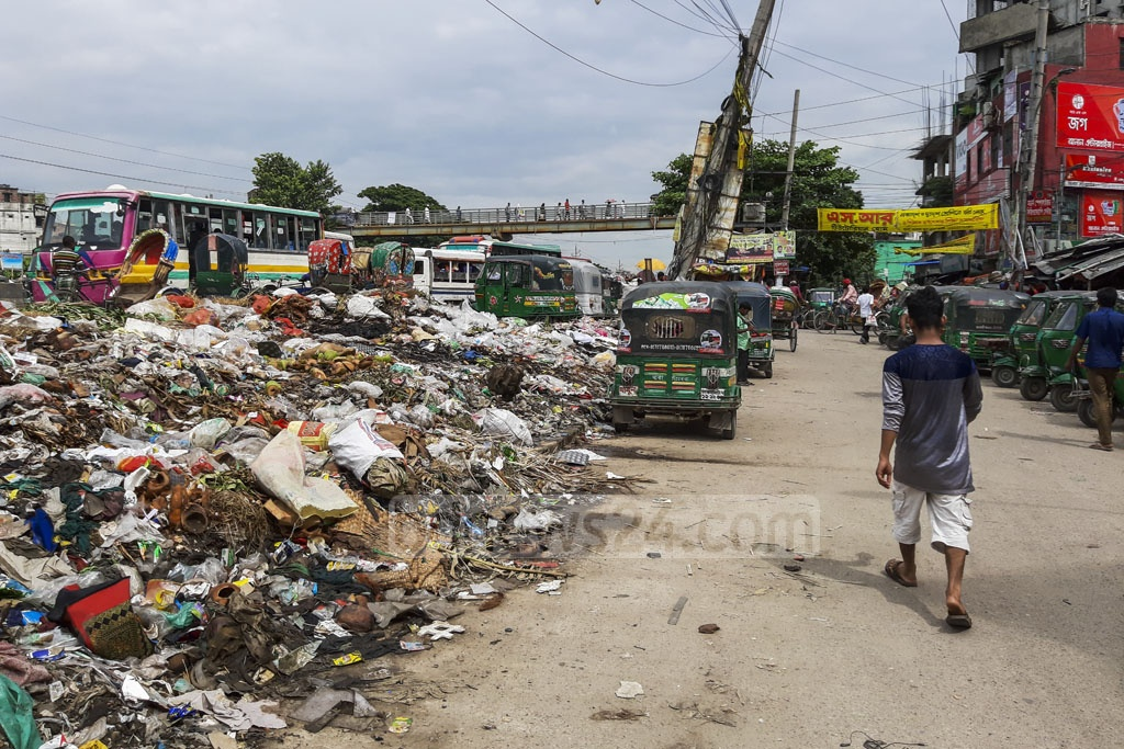 Garbage litters a road linking the Dhaka-Chattogram Highway to the Dhaka's Rayerbag Bus Stand. The photos were taken on Tuesday. Photo: Abdullah Al Momin