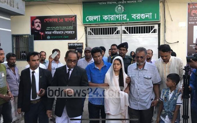 Aysha Siddika Minny has been freed from jail on bail, 49 days after her arrest in a case over the murder of her husband Refat Shorif in Barguna.
