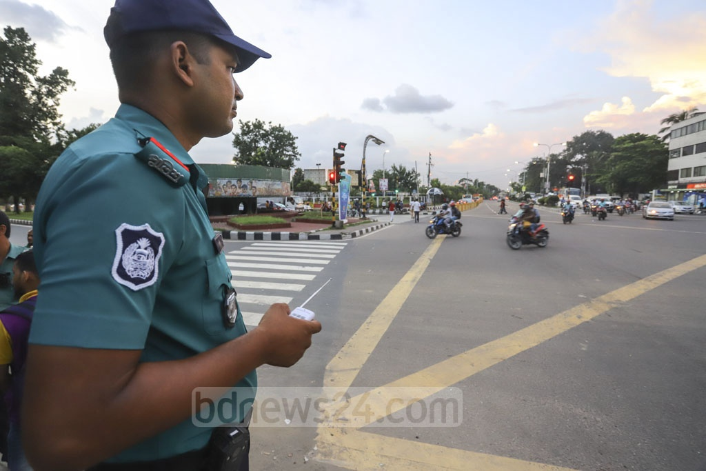 Traffic police introduced remote-controlled signalling systems in some areas of Dhaka. An officer was seen using a remote control to manage traffic in Bijoy Sarani area on Tuesday. Photo: Asif Mahmud Ove