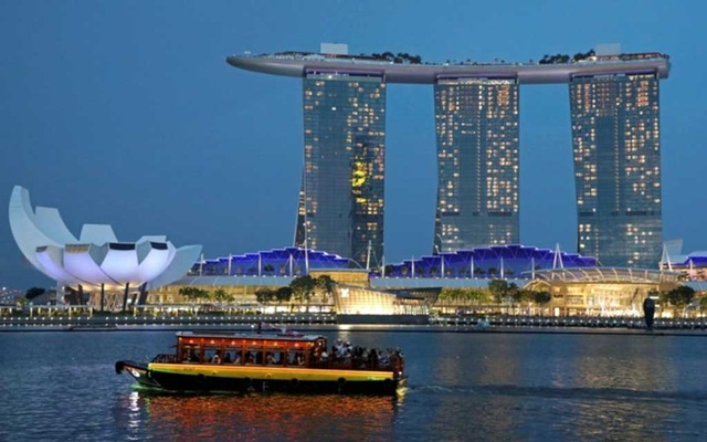 FILE PHOTO: A tourist bum boat passes by the Marina Bay Sands hotel in Singapore July 3, 2019. REUTERS