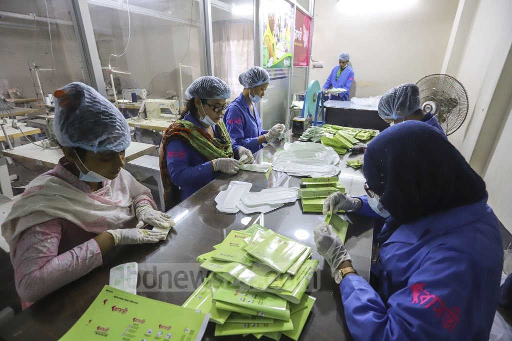 Volunteers wrap each sanitary napkin given disinfectants. Photo: Asif Mahmud Ove