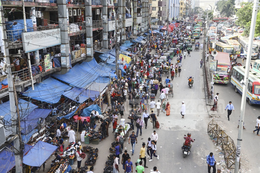 Not just footpaths, hawkers in Gulistan have encroached on half of the road. Photo: Asif Mahmud Ove