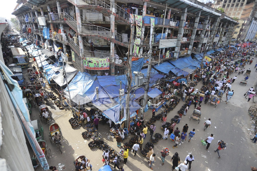 Hawkers trade on the footpaths of three roads around the Dhaka Trade Center in Gulistan. Photo: Asif Mahmud Ove