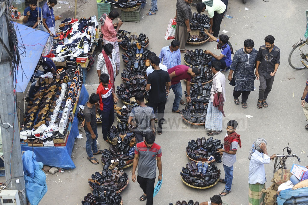 Hawkers occupy half of the road in front of Dhaka Trade Center in Gulistan. Photo: Asif Mahmud Ove