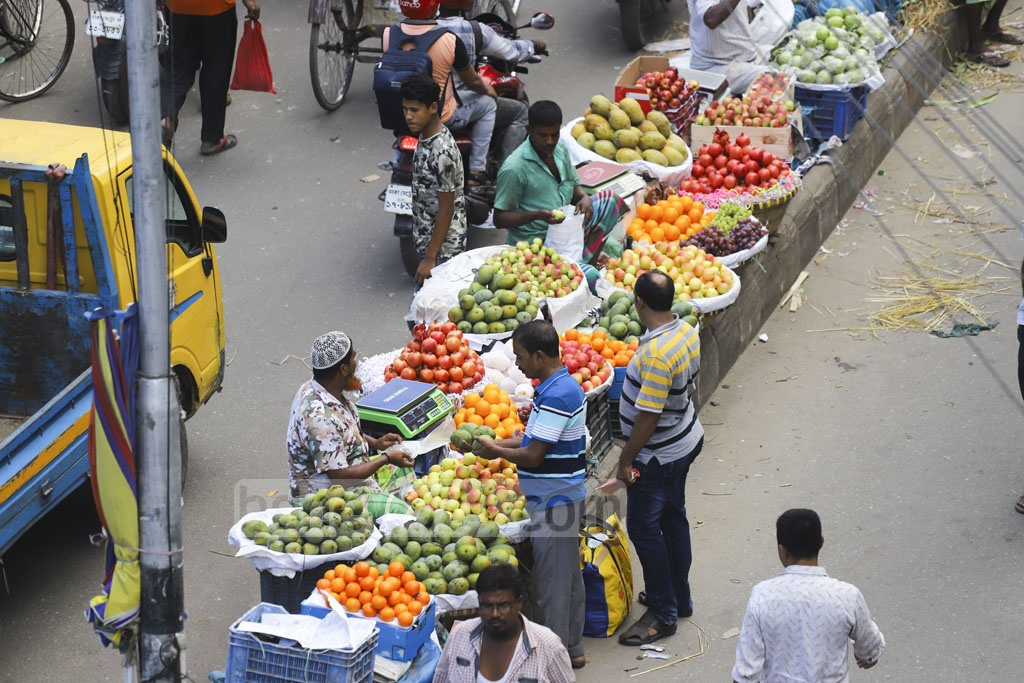 Vendors selling their fruits on the road-divider in Gulistan. Photo: Asif Mahmud Ove