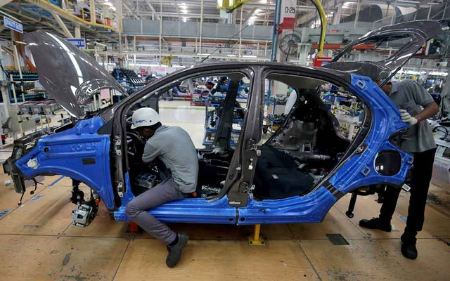 FILE PHOTO: Workers assemble a Tata Tiago car inside the Tata Motors car plant in Sanand, on the outskirts of Ahmedabad, India, August 7, 2018. REUTERS