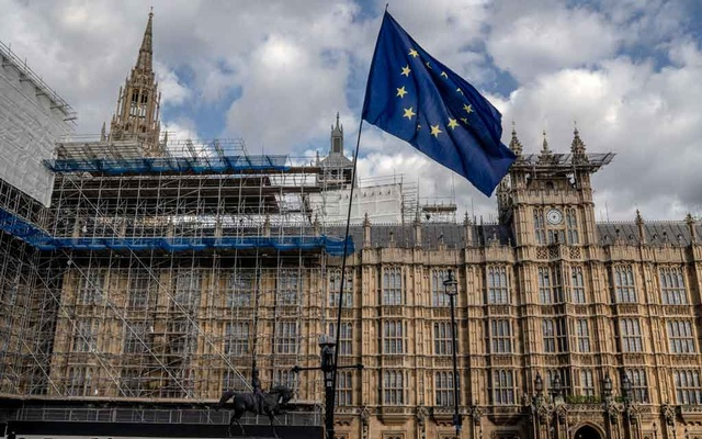 A European Union flag placed by an anti-Brexit demonstrator outside Parliament in London on Thursday, Sept. 5, 2019. As a law stopping a no-deal Brexit moved closer to clearing its final hurdle, British lawmakers began drawing the battle lines for their next fight: whether, and when, to hold a general election. (Andrew Testa/The New York Times)