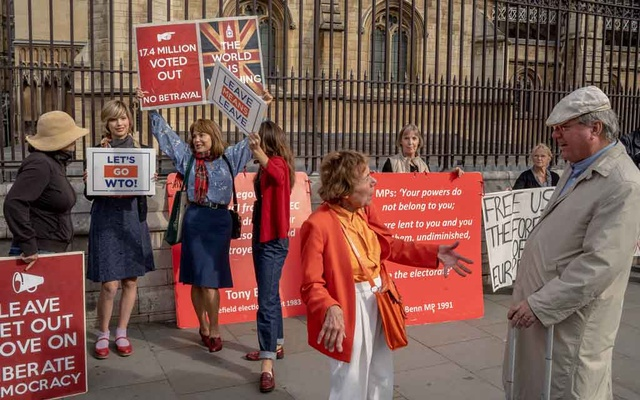 Pro-Brexit demonstrators outside Parliament in London on Thursday, Sept. 5, 2019. As a law stopping a no-deal Brexit moved closer to clearing its final hurdle, British lawmakers began drawing the battle lines for their next fight: whether, and when, to hold a general election. (Andrew Testa/The New York Times)