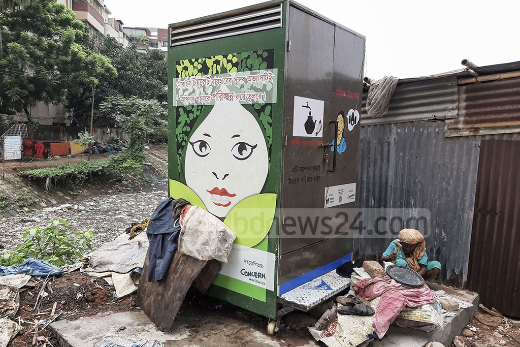 The Dhaka North City Corporation installs a mobile toilet for slum-dwelling women in Dhaka's Khilgaon area. Photo: Abdullah Al Momin