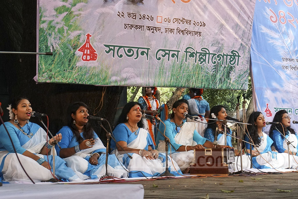 Satyen Sen Shilpi Goshthhi singers perform a choir at a programme to celebrate Sharat, the fourth season in Bangla calendar, at Bakultala of Dhaka University's Faculty of Fine Arts on Friday.