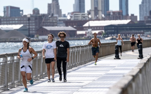 Joggers run at East River Park in Manhattan on Sep 22, 2018. A new study of physical activity and mortality finds that men and women who move around throughout the day, even if they just stroll or clean the kitchen and do not formally exercise, are less likely to die prematurely than people who almost never leave their chairs. The New York Times