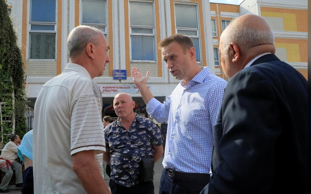 Russian opposition leader Alexei Navalny speaks with people outside a polling station during the Moscow city parliament election in Moscow, Russia Sep 8, 2019. REUTERS/Tatyana Makeyeva
