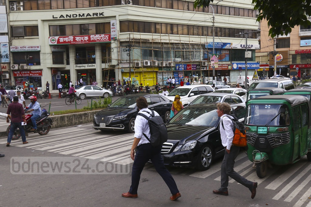 Vehicles occupy the zebra crossing at Gulshan-2 traffic signal on Wednesday. Photo: Mahmud Zaman Ovi