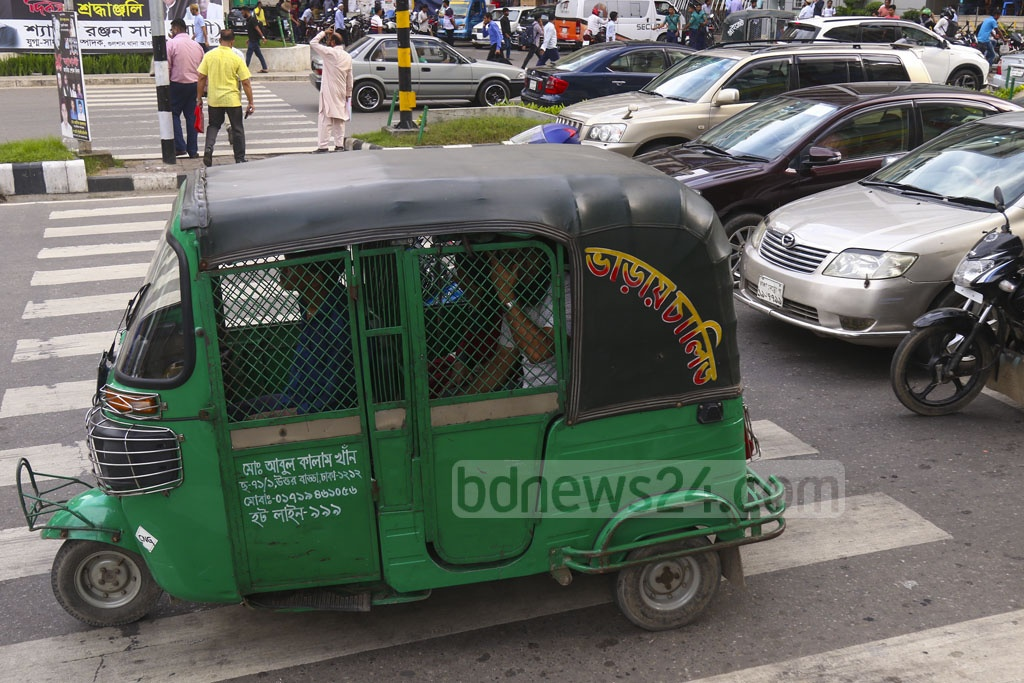 A motorist stops an autorickshaw on the zebra crossing at Gulshan-2 traffic signal in Dhaka on Wednesday. Photo: Mahmud Zaman Ovi