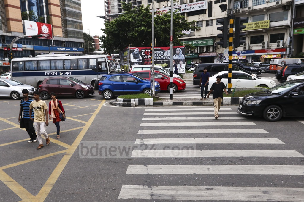 Cars have stopped at the signal in Dhaka's Gulshan-2, but jaywalkers are crossing the street without using the zebra crossing. Photo: Mahmud Zaman Ovi