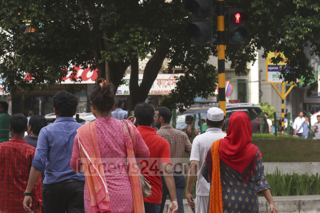 Jaywalkers crossing the street with the red lights on at Gulshan-2 in Dhaka on Wednesday. Photo: Mahmud Zaman Ovi