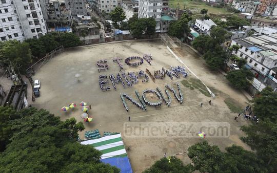 Students call for a reduction in carbon emissions at a climate change campaign at the Boishakhi playground in the capital's Rayerbazar on Saturday. Photo: Asif Mahmud Ove