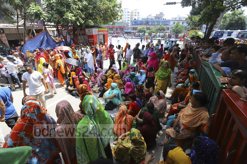 Workers from garment maker Zaara Jeans blockade the Mirpur-1 road on Sunday to demand the payment of outstanding wages . Photo: Asif Mahmud Ove