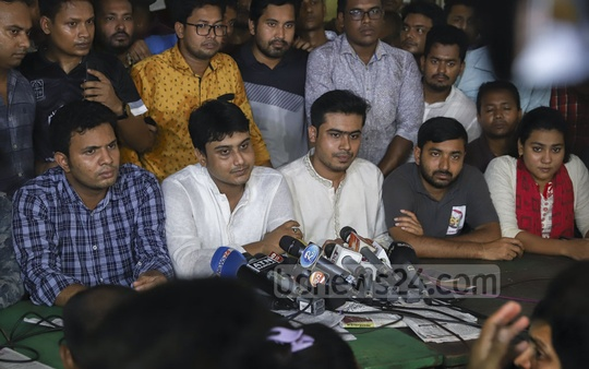 Al-Nahean Khan Joy and Lekhak Bhattacharjee, the acting president and general secretary of Bangladesh Chhatra League, respectively, address a media briefing at Dhaka University's Madhu's Canteen on Sunday. Photo: Abdullah Al Momin