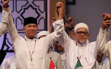 United Malays National Organisation (UMNO) President Ahmad Zahid Hamidi (L) and Pan-Malaysian Islamic Party (PAS) President Hadi Awang hold hands during Ummah Unity Gathering in Kuala Lumpur, Malaysia, Sep 14, 2019. REUTERS