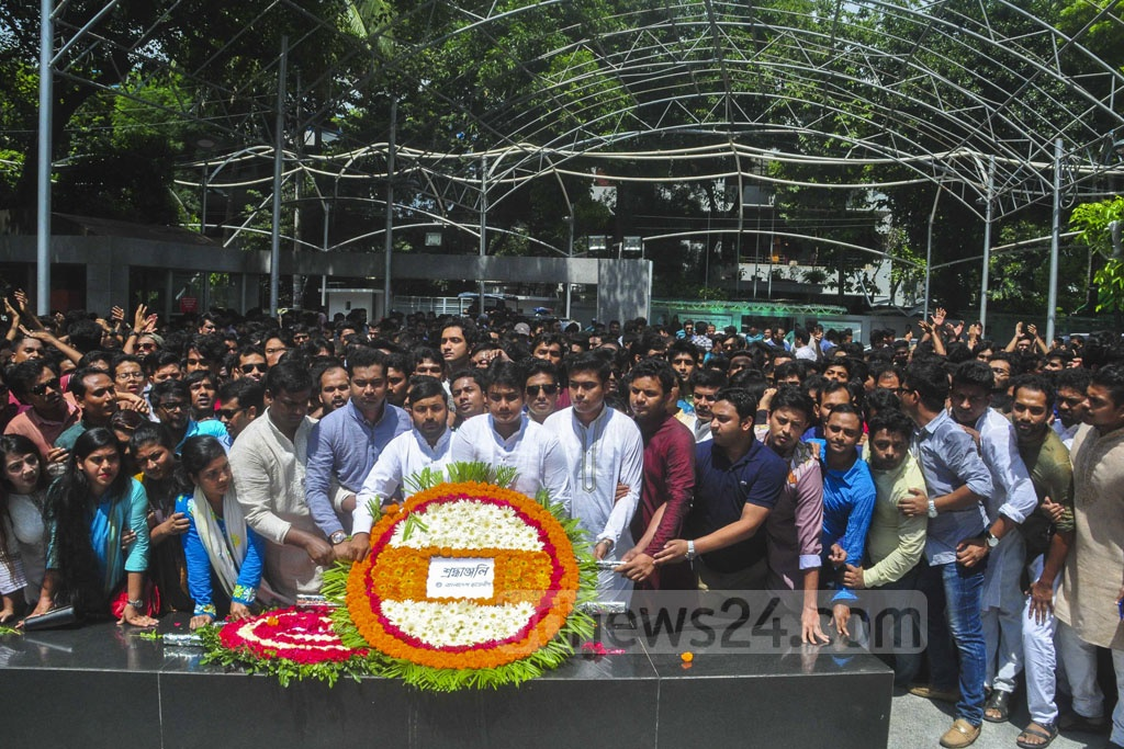 Al-Nahean Joy and Lekhak Bhattecharjee, the acting president and general secretary of Bangladesh Chhatra League, respectively, laying a wreath in front of Bangabandhu's portrait in the capital's Dhanmondi on Monday.