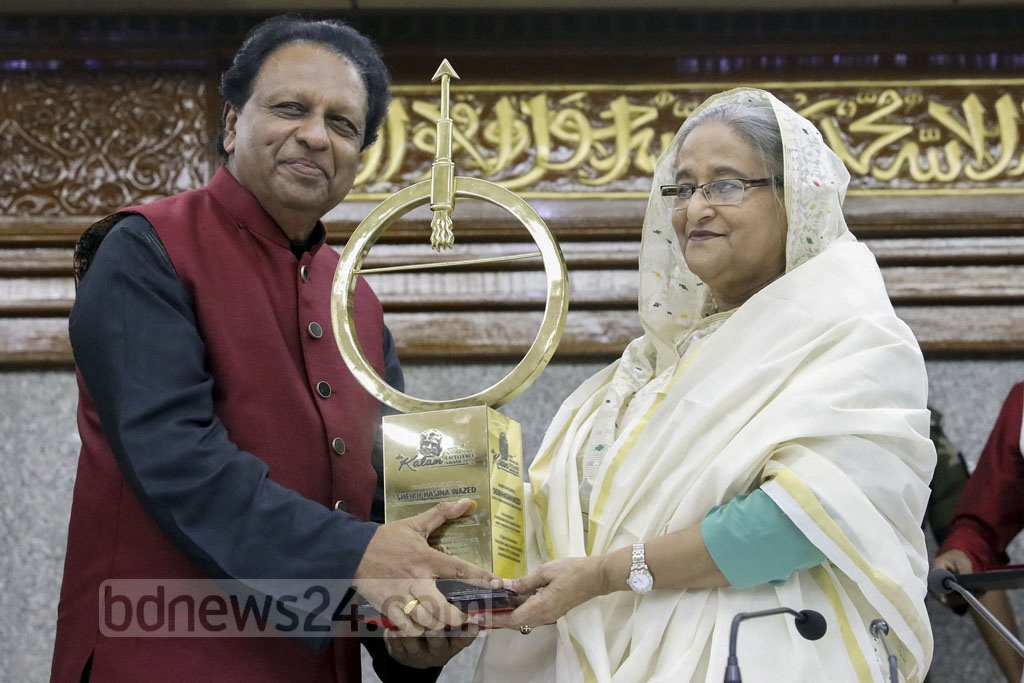 Prime Minister Sheikh Hasina receiving the 'Dr Kalam Smriti International Excellence Award 2019' from the chief adviser of Dr Kalam Smriti International, TP Sreenivasan, on Monday. Photo: Saiful Islam Kallol