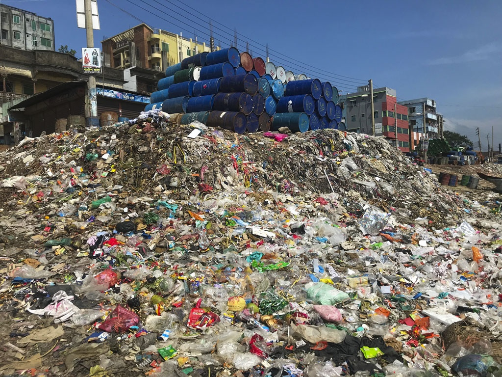 Garbage generated by Kishoreganj's Bhairab Bazaar is being dumped on the bank of the Meghna River. Photo: Mostafigur Rahman