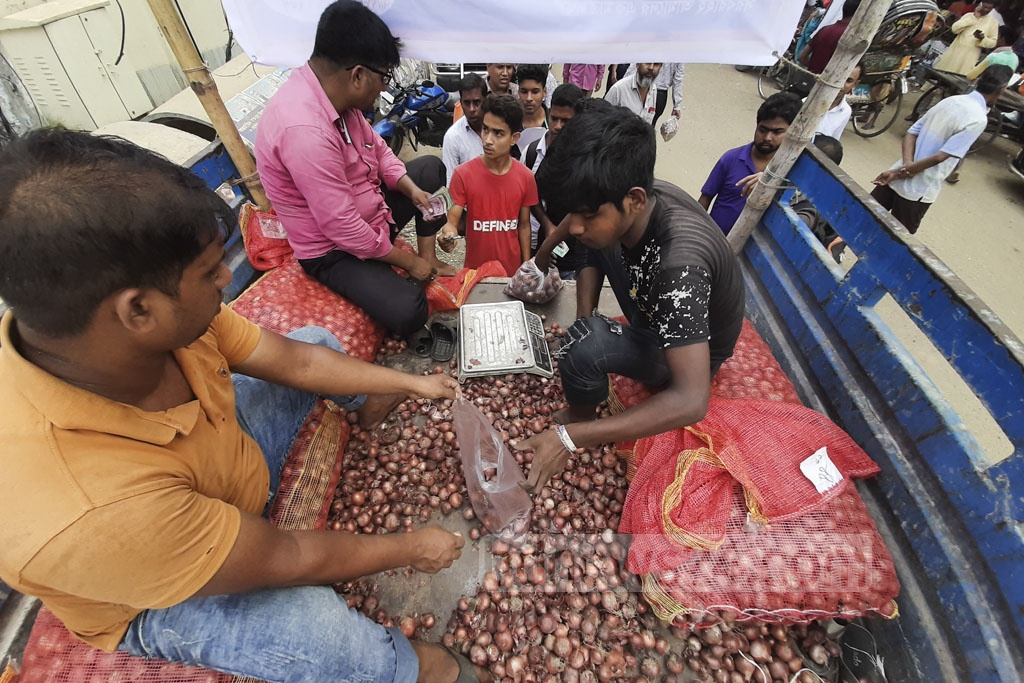 The Trading Corporation of Bangladesh starts selling onions at Tk 45 a kg at five points across Dhaka on Tuesday. Photo: Abdullah Al Momin