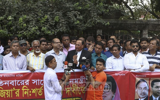 BNP leader Moudud Ahmed joins a human-chain protest organised by the Association of Engineers Bangladesh in front of the National Press Club on Wednesday demanding the release of BNP Chairperson Khaleda Zia from jail. Photo: Mahmud Zaman Ovi