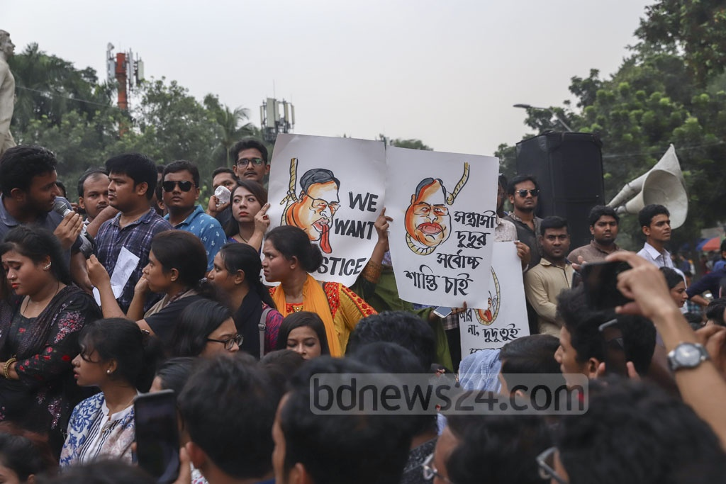 Bangladesh Chhatra League stages a protest on the Dhaka University campus on Thursday demanding the arrest of BNP Vice-Chairman Shamsuzzaman Dudu over his alleged threat to assassinate Prime Minister Sheikh Hasina in a television talk show. Photo: Abdullah Al Momin