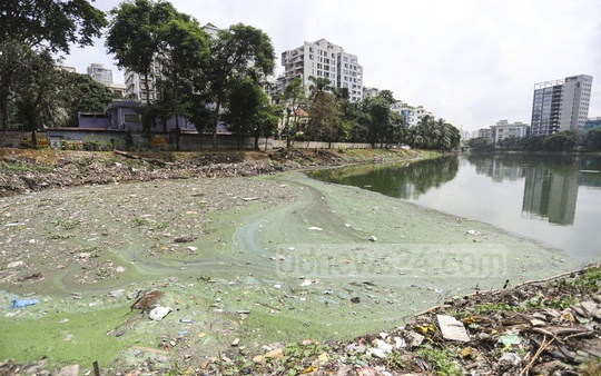 Waste dumped into Dhaka's Gulshan Lake changes the colour of water. Photo: Asif Mahmud Ove