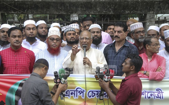BNP leader Khandaker Mosharraf Hossain takes part in a human-chain programme organised by the Ulama Dal in front of the National Press Club on Saturday to demand the release of the incarcerated Khaleda Zia.