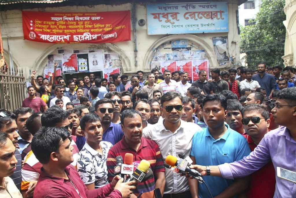 Newly elected President Fazlur Rahman Khokan and General Secretary Iqbal Hossain Shyamal of Jatiyatabadi Chhatra Dal visited the Madhu's Canteen on the Dhaka University campus on Sunday.