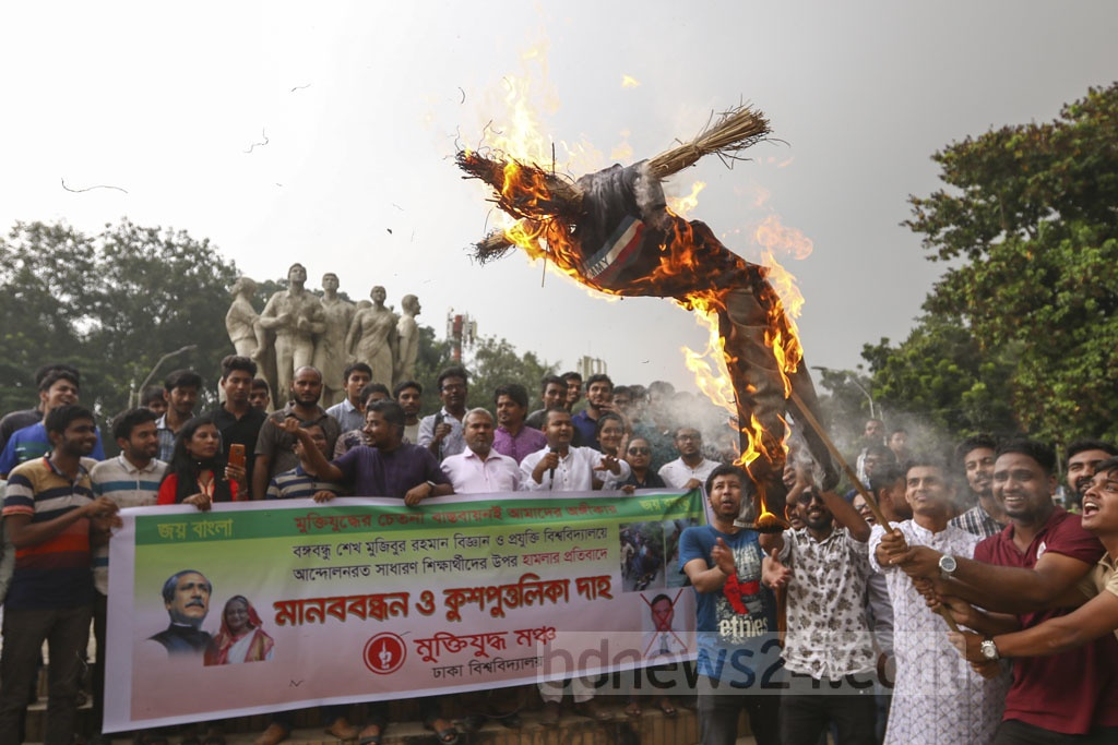 Protesters burn an effigy of Bangabandhu Sheikh Mujibur Rahman Science and Technology University's Vice Chancellor Khondokar Nasiruddin at the altar of the Raju Monument on the Dhaka University campus on Sunday. Photo: Mahmud Zaman Ovi