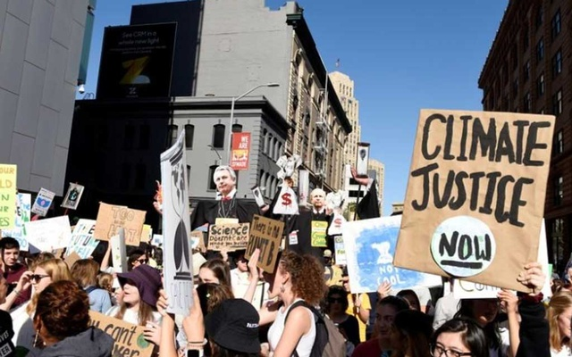 FILE PHOTO: Young people protest outside of the San Francisco Federal Building during a Climate Strike march in San Francisco, US Sep 20, 2019. REUTERS/Kate Munsch/File Photo