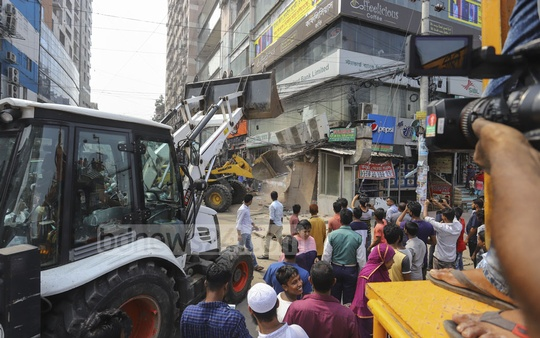 Dhaka North City Corporation workers bulldozing illegal structures on the sidewalks at Rajlaxmi in Uttara on Sunday. Photo: Asif Mahmud Ove