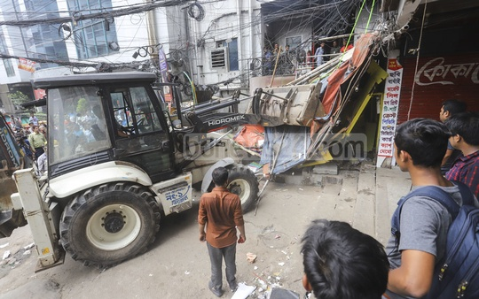Dhaka North City Corporation conducted a drive to free the pavements at Uttara from encroachment on Sunday. Photo: Asif Mahmud Ove