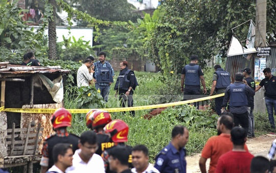 Law enforcers cordon off a suspected militant hideout in Narayanganj's Fatullah before launching a raid on Monday.