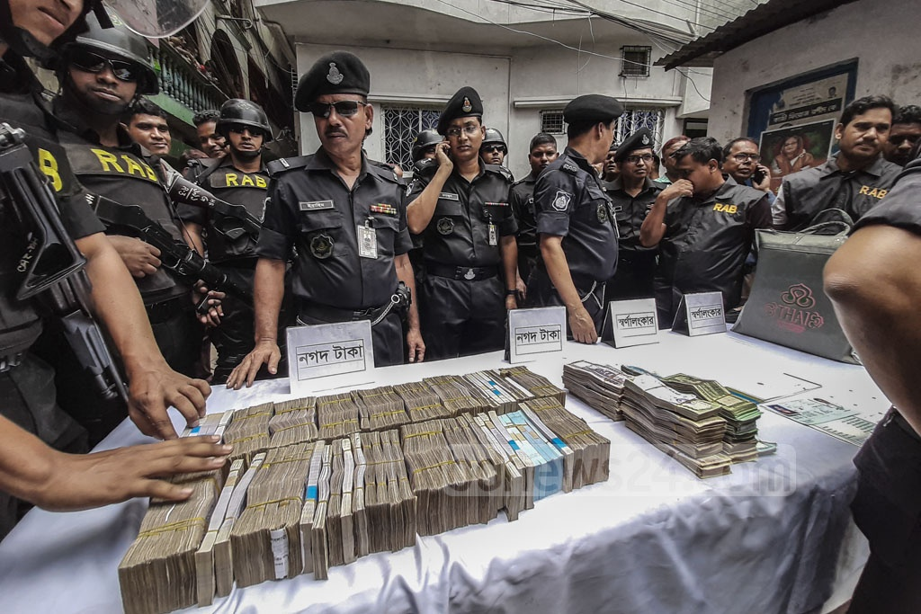 The Rapid Action Battalion seized Tk 10.5 million in cash in raids on the homes of local Awami League leaders Enamul Haque and Rupon Bhuiyan in Dhaka's Gandaria on Tuesday. Photo: Abdullah Al Momin