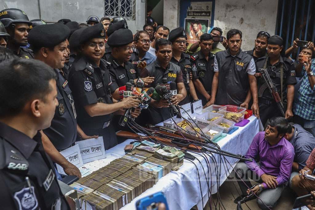 RAB-3 Commander Lt Col Shafiullah Bulbul briefing the media after raids on the homes of local Awami League leaders Enamul Haque and Rupon Bhuiyan in Dhaka's Gandaria on Tuesday. Photo: Abdullah Al Momin