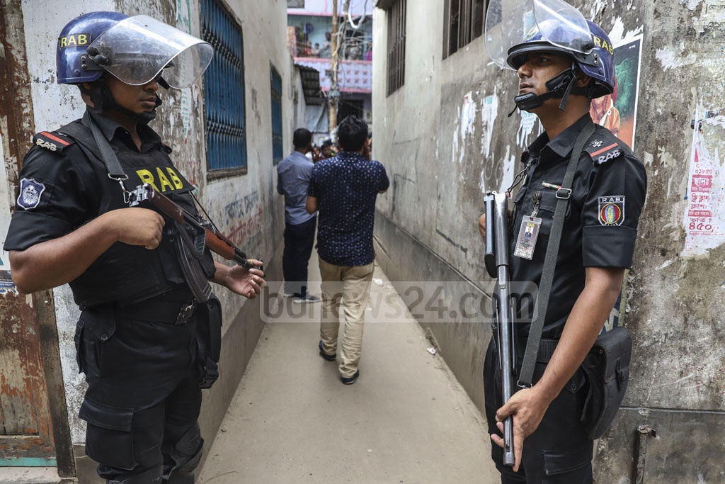 The Rapid Action Battalion raided the homes of local Awami League leaders Enamul Haque and Rupon Bhuiyan in Dhaka's Gandaria on Tuesday. Photo: Abdullah Al Momin