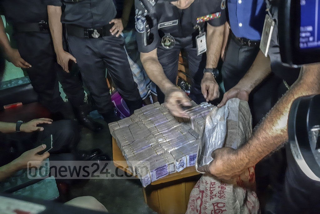 The Rapid Action Battalion seized Tk 20 million found in a raid on the home of Gandaria Awami League leader Enamul Haque's employee Abul Kalam at Narinda in Dhaka on Tuesday. Photo: Abdullah Al Momin