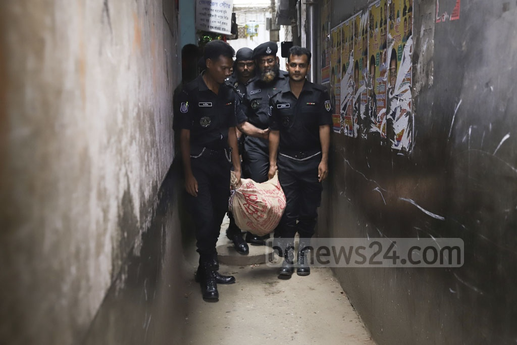 RAB personnel carrying away Tk 20 million found in a raid on the home of Gandaria Awami League leader Enamul Haque's employee Abul Kalam at Narinda in Dhaka on Tuesday. Photo: Abdullah Al Momin