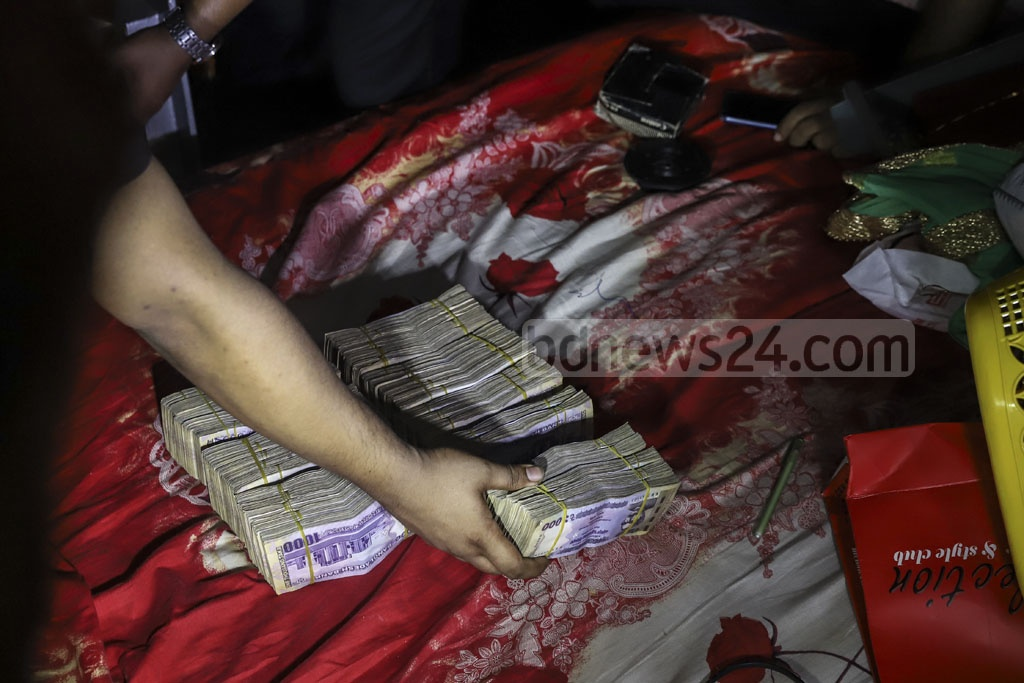 The Rapid Action Battalion seized Tk 20 million found in a raid on the home of Gandaria Awami League leader Enamul Haque's friend Harun-or-Rashid at Narinda in Dhaka on Tuesday. Photo: Abdullah Al Momin